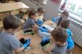 Sadzenie warzyw przez przedszkolaków